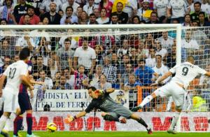Real Madrid's Karim Benzema (#9) scoring past Barca keeper Claudio Bravo (Center). (Source: goal.com)