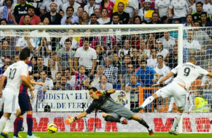 Real Madrid's Karim Benzema (#9) scoring past Barca keeper Claudio Bravo (Center). (Source: goal.com)