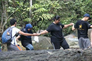 Teamwork, at its best. Team members pushing forward together against the various obstacles on the trek. (Source: SAC)