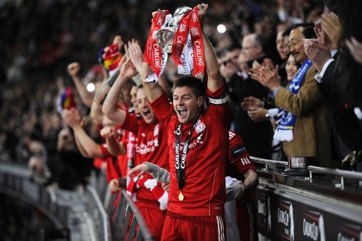 Gerrard holds aloft the Carling Cup trophy. Image credits: CaughtOffside
