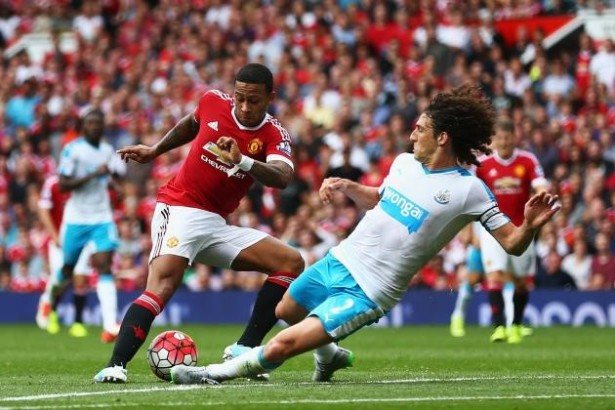 Manchester United's Memphis Depay (Left) attempting to outsmart Newcastle defender Fabricio Coloccini (Source: bleacherreport.com)